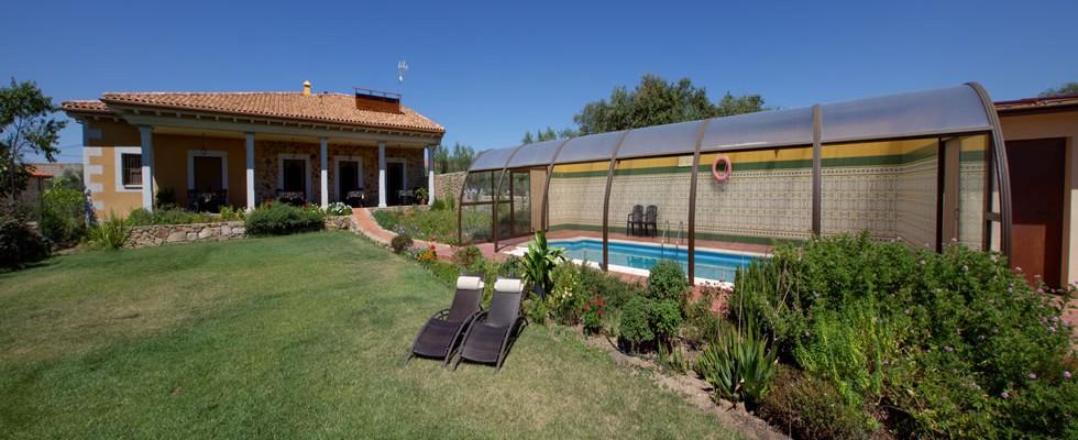 El jardin del poeta apartamentos rurales c ceres for Piscina jardin norte